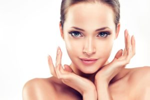 美肌になるための条件を満たしている肌がきれいな女性