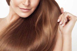 セルフカラーで髪を綺麗に染めた女性