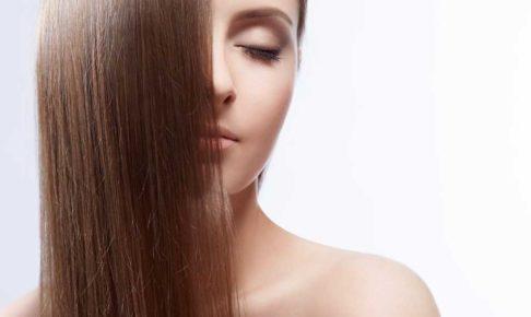 セルフカラーのプロ技を使って髪を綺麗に染めた女性