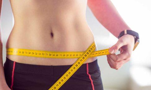 体内酵素を活性化して美肌&ダイエット方法を試す女性