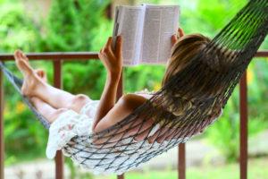泣いて綺麗になる涙活の一冊「ちょっと今から仕事やめてくる」を読む女性