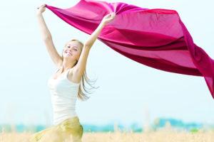 さをり織りセラピ―の布を持つ女性