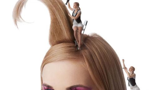 ヘアカラーやヘアケアをする美容師