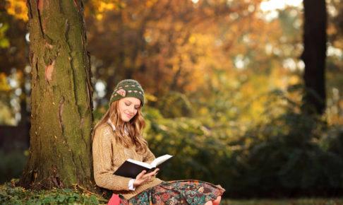 涙活おすすめの秋の一冊「容疑者Xの献身」を読む女性