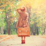 秋の大人の女子旅へ出かける女性