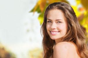 秋の乾燥対策で美肌の女性
