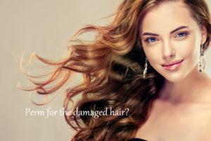 傷んだ髪に合うパーマをあてた女性