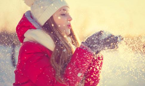 雪の中で遊ぶ女性