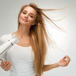 速く髪を乾かす女性