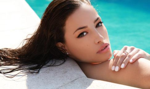 夏メイク‗プールに入る女性