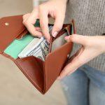 キレイな財布を持った女性