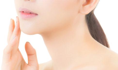 スキンケアする日本人女性