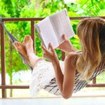涙活おすすめの本を読む女性